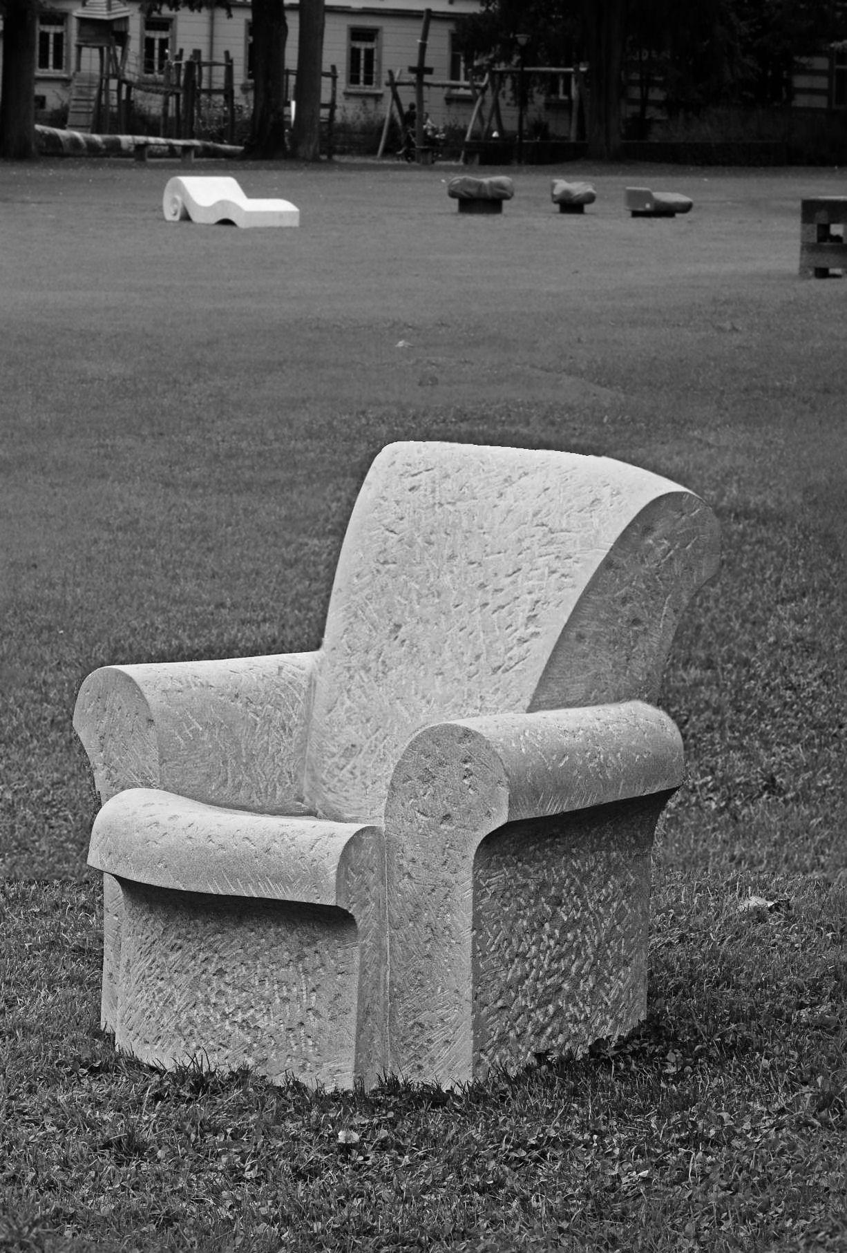 Sedia di pietra arenaria, in collaborazione con Melanie Kuster di Schmerikon   -  Bildhauerei Wiedemer Basadingen