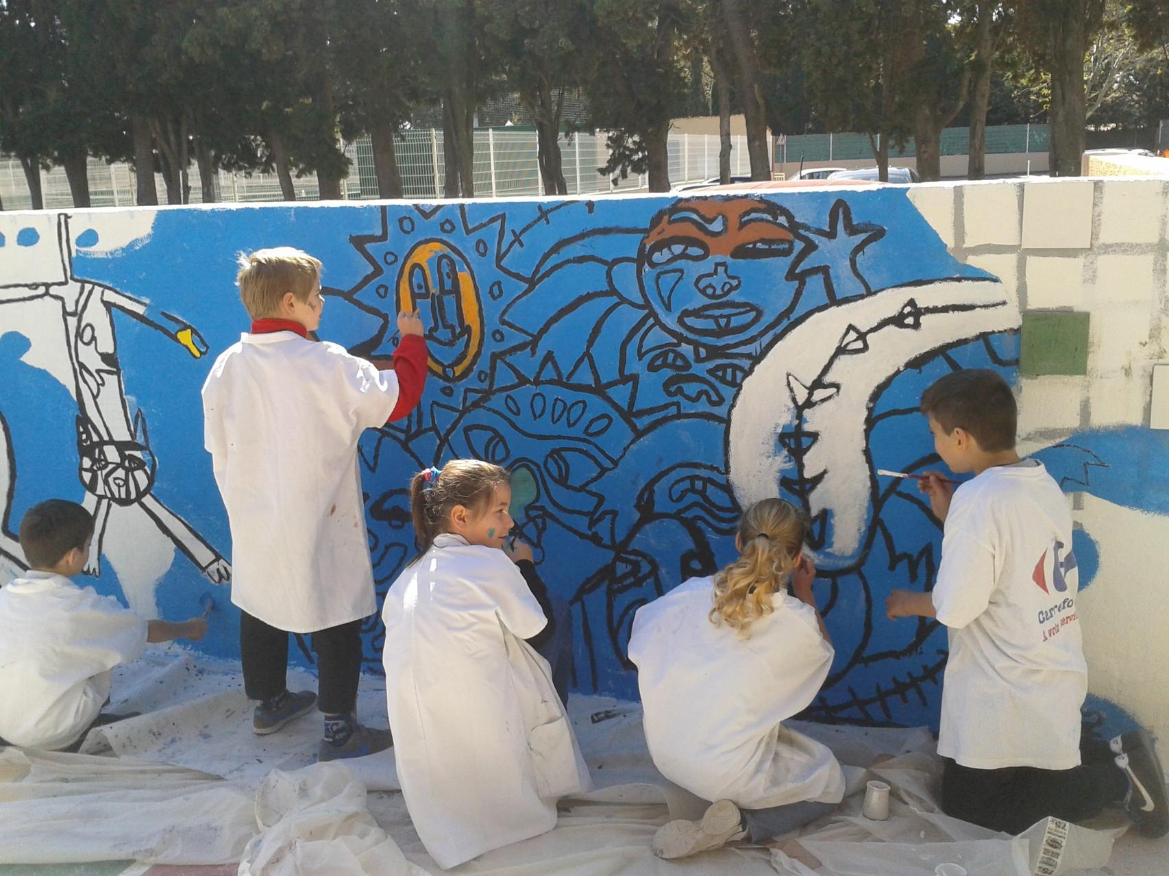 La fresque en cours de peinture avec les élèves de l'école élémentaire de Claira