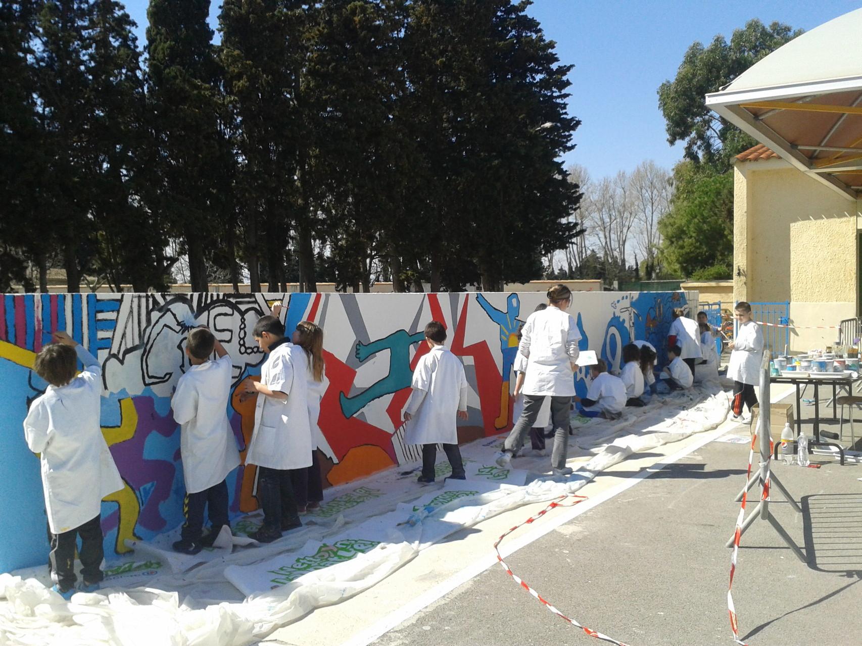 Fresque peinte à l'école élémentaire de Claira avec tous les niveaux !