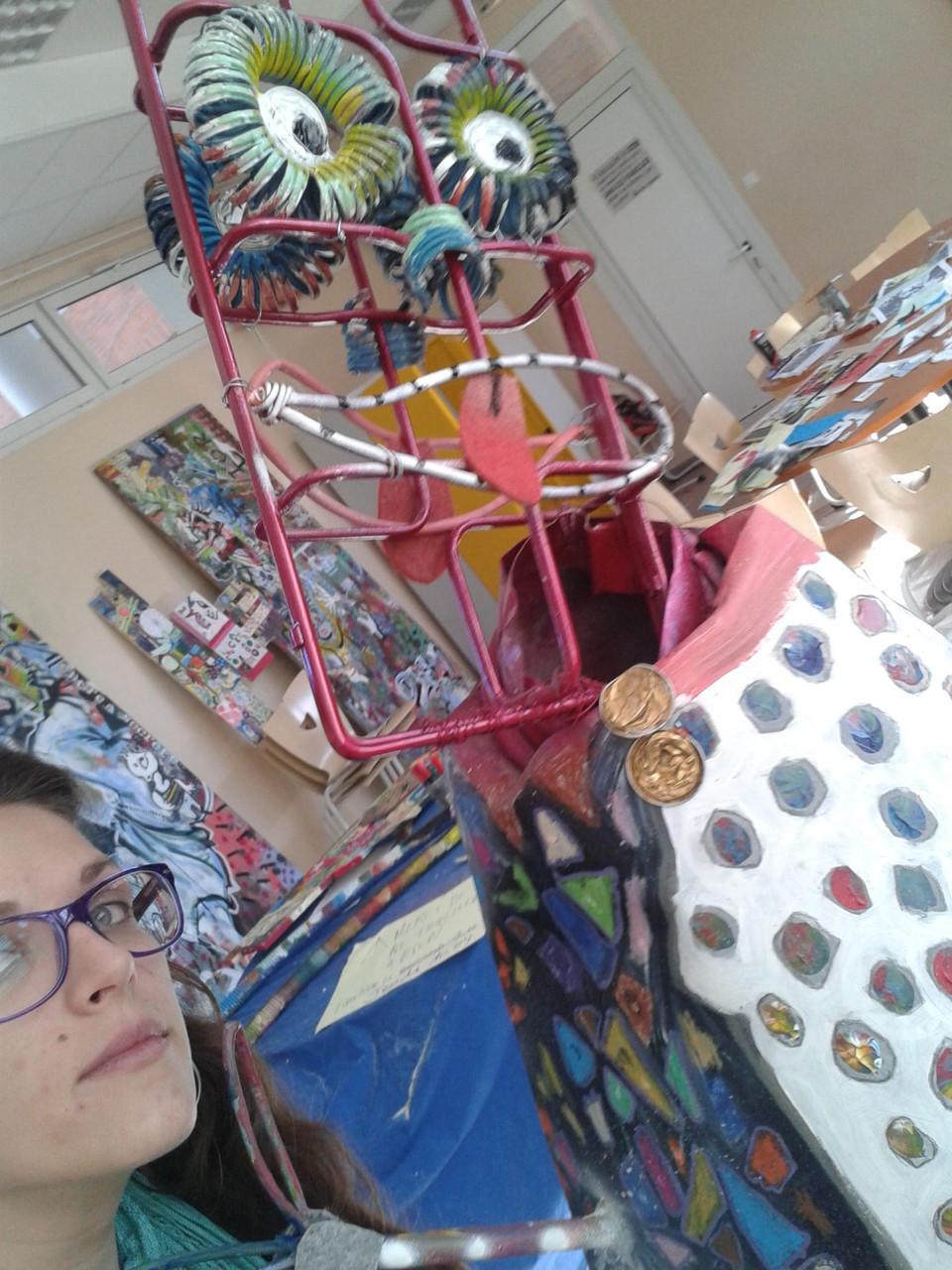 """Sculpture """"Street art"""" en matériaux récupérés et peints pour le lycée Arago de Perpignan"""