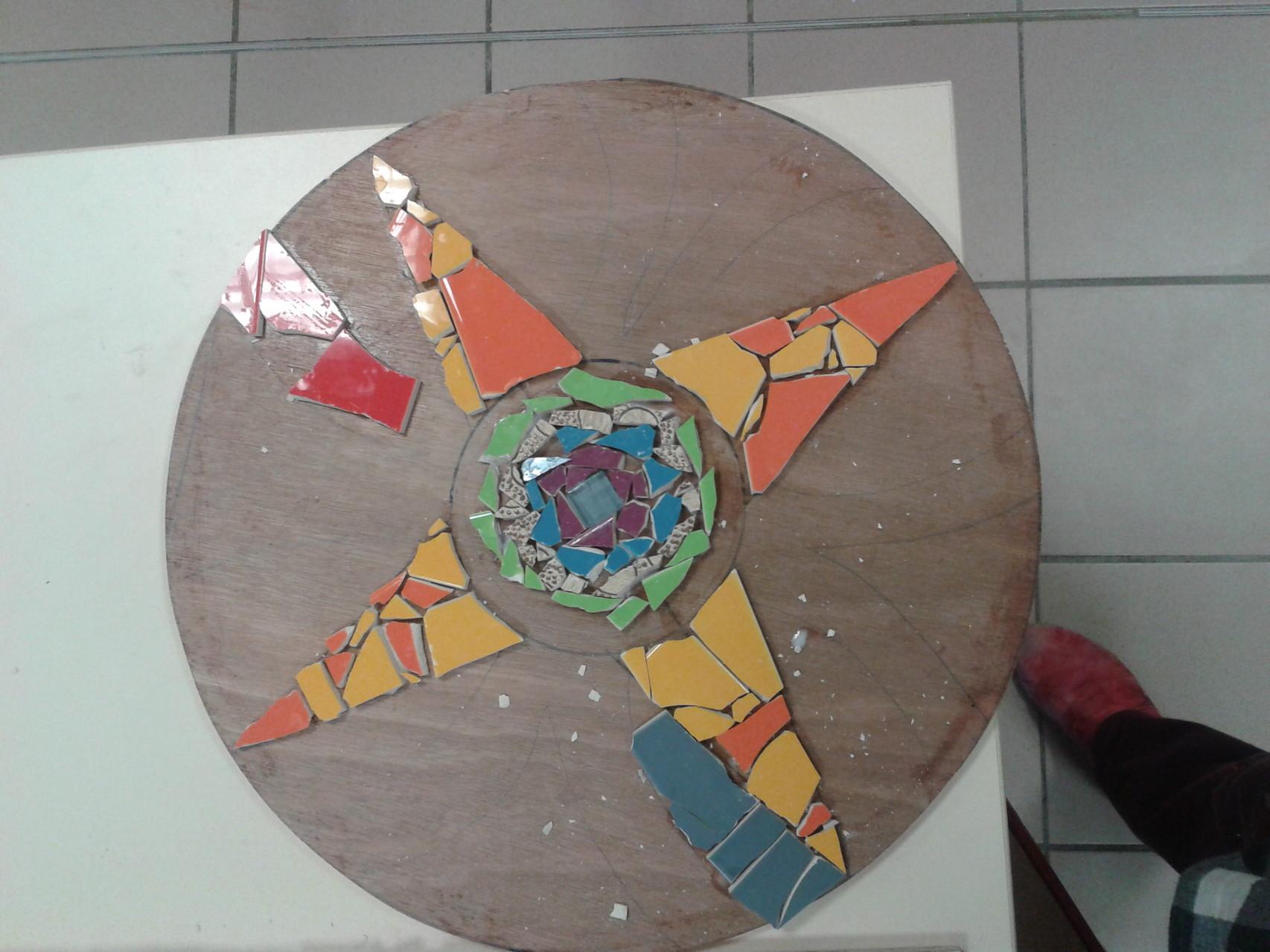 """Un détail de la mosaïque """"Gaudi et architecture"""" en cours de réalisation"""