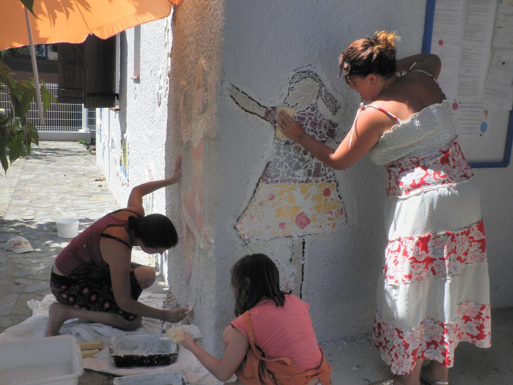 Pose de la mosaïque à Montescot avec les enfants !