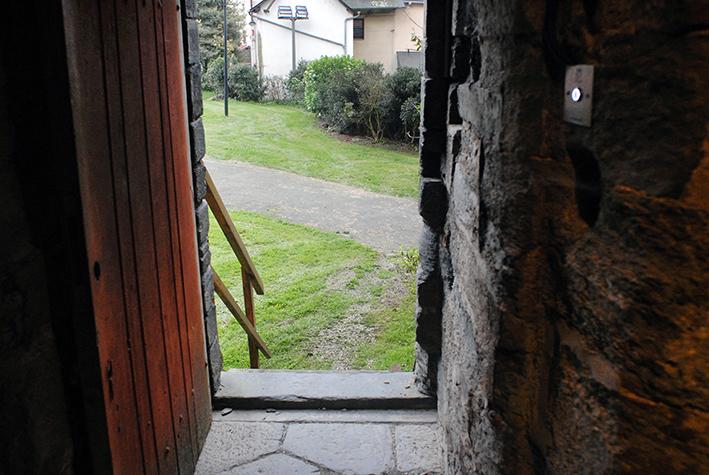 Entrée au pied des remparts, place Saint-Yves