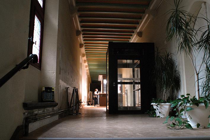 Le couloir d'accueil de la mairie de Vitré