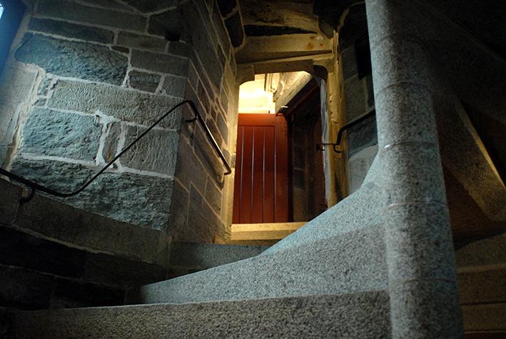Au niveau de la cour, la montée continue jusqu'au 1er étage du logis médiéval