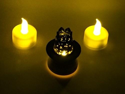 LEDライトにカボチャをかぶせ、上から帽子を貼り付ければ、完成♪ こちらは、暗い部屋で撮影したもの^^v