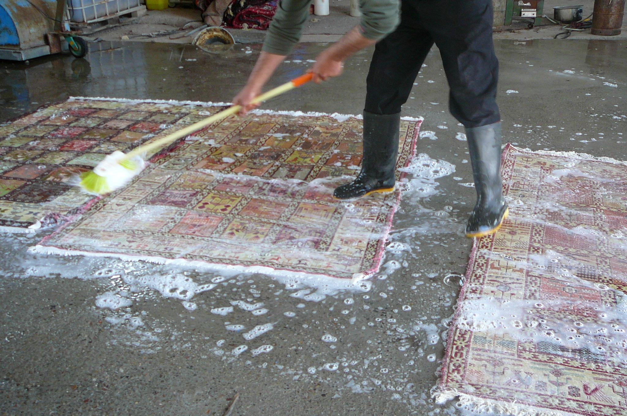 Lavaggio tradizionale tappeti con acqua