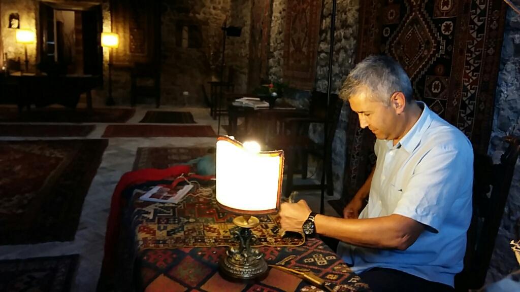 Titolare persiano sig. Zarepour da mostra di tappeti antichi