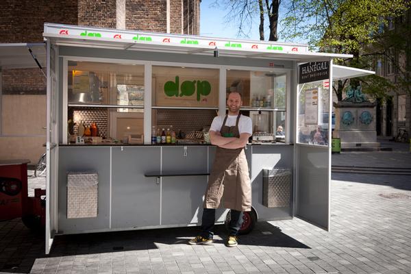 Ein Klassiker, neu interpretiert: Die ökologischen Hotdogs von Claus Christensen mit seinem Stand DØP (Den Økologiaske Pølsemand) gehören längst fest zum Kopenhagener Straßenbild. Foto: DØP/PR