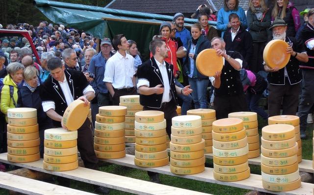 Beim Chästeilet: Käselaibe wandern aus dem Speicher in Stapel zur Verteilung. Foto: Christoph Schumann, 2019/20