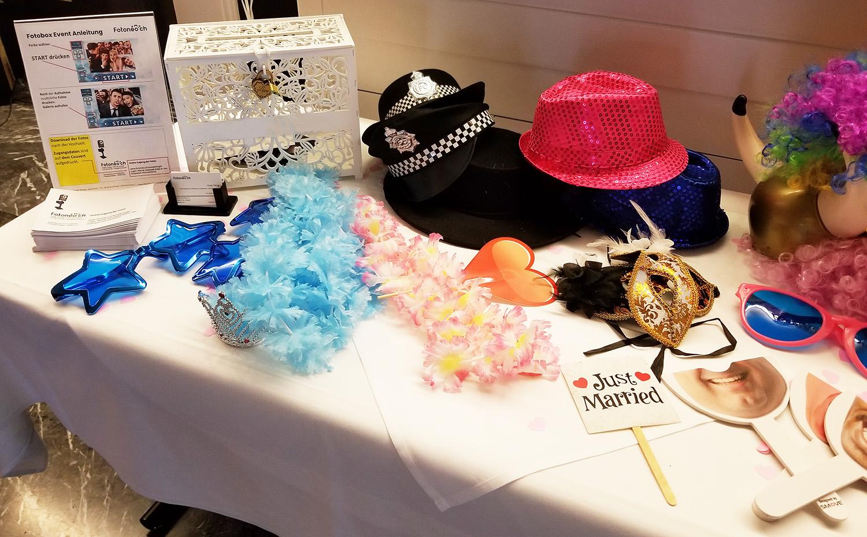 Tisch mit Accessoires von Fotoneo