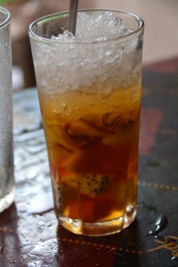 Trai Cay, eine Art Obstsalat aus frischen und getrockneten Früchten und Nüssen mit crushed ice. Toller Snack!