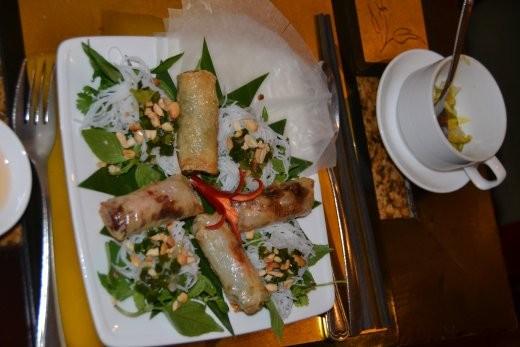Noch mehr Frühlingsrollen, teilweise frittiert, teilweise zum selbst rollen. Schickes Restaurant in Hoi An.