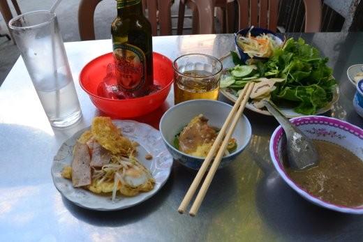 Hue-Crèpe. Knusprige Fladen mit Krabben, Schweinefleisch, Sprossen und Wachtelei. dazu frische Kräuter, Erdnuss-Dip und eine scharfe Sauce.