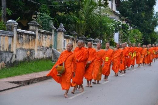 Und hier biegen die Mönche dann in eine Seitenstraße ein und alles ist wieder ruhig...