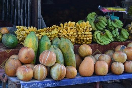 Melonen, Papaya und Bananen am Markt.