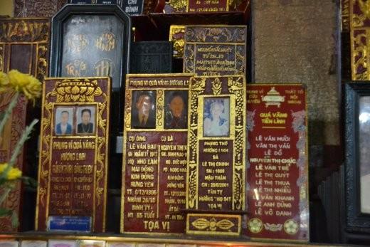 Tafeln auf dem Ahnenaltar im Chua Giac Lam.