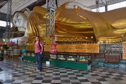 Der liegende Buddha in der Shwethalyaung Pagode in Bago. Er sit 55 m lang und 16 m hoch. Selbst seine Augenbraue ist 2.30 m lang.