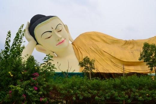 ... und liegende Buddhas.