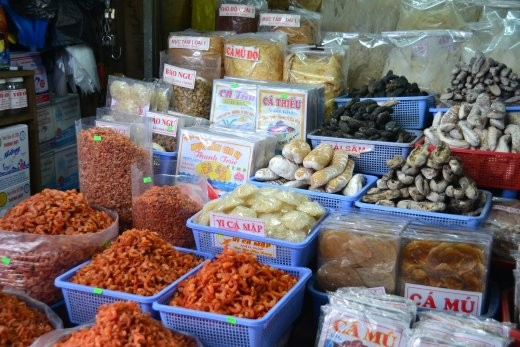 Getrocknete Krabben, Tintenfisch, Fische etc. werden hier eimerweise angeboten.