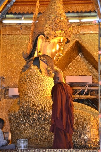 Der Buddha in der Mahamuni Pagode ist bereits ganz unförmig und hat Wurstfinger vor lauter Gold.