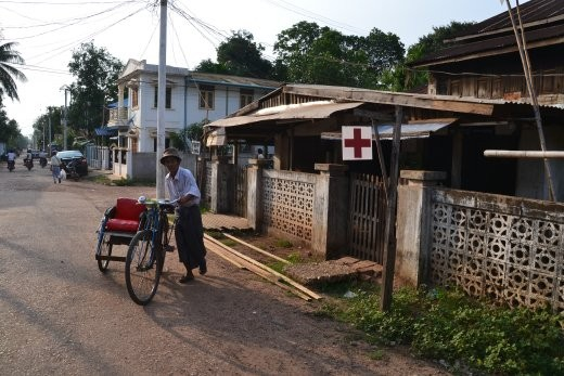 Krankenhaus samt Krankenwagen.