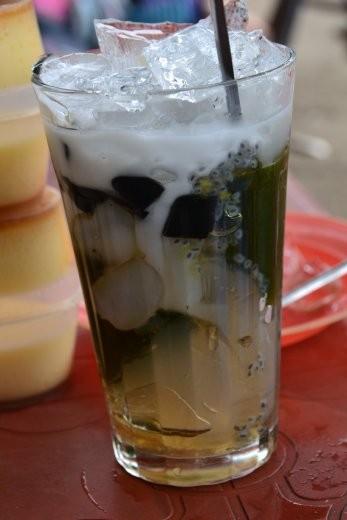 Chau Xe. Ein Getränk mit verschiedenem Wackelpudding in schwarz, grün und durchsichtig. Dazu Kokosmilch und noch ein paar andere Zutaten.