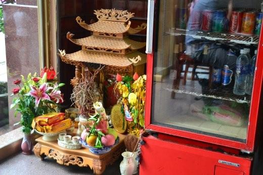 So ein kleiner Altar steht in jedem Geschäft und soll für guten Gewinn sorgen.
