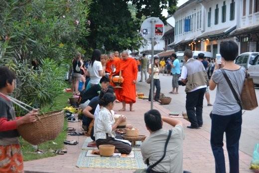 So sieht das an der Hauptstraße aus: mehr Touris als Mönche.