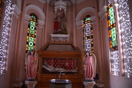 ... selbst die Engel und Seitenaltäre sind ganz in pink.