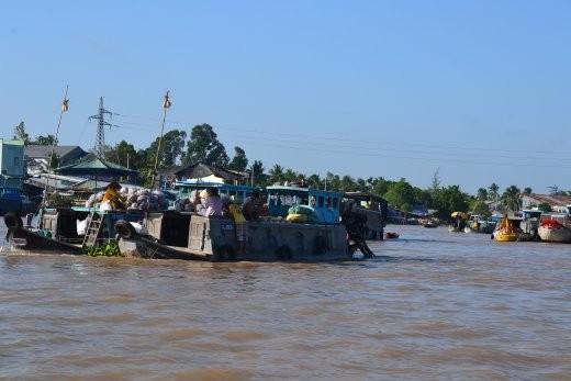 an Holzpfosten bindet jedes Boot sein Angebot an, so dass es schon von Weitem sichtbar ist.