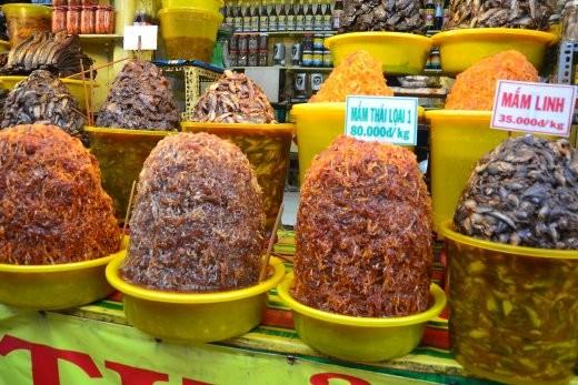 Markt in Chau Doc. Dies ist in Ingwer und Zuckersirup eingelegter, roher Fisch. Nicht so schlecht, wie es klingt ;o)