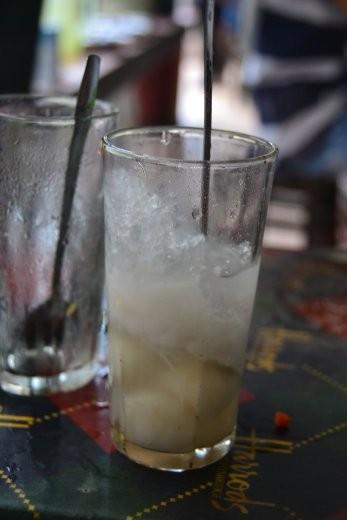 Xoi Nuoc. Kokosmilch mit Reismilchklößchen und Eis.