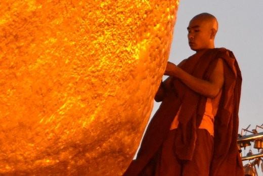 Angeblich wird er von einem Haar Buddhas im Gleichgewicht gehalten.