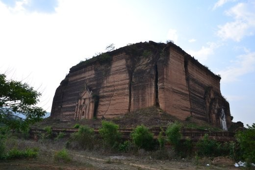 Dieser 50 meter hohe Steinhaufen steht in Mingun und ist das unterste Stockwerk von etwas, das einmal die höchste Pagode der Welt werden sollte. Ein Erdbeben hat dem Vorhaben dann ein Ende gesetzt als gerade mal das Erdgeschoss fertig war.
