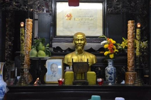 Selbt im Tempel wird man von Onkel Ho nicht verschont...