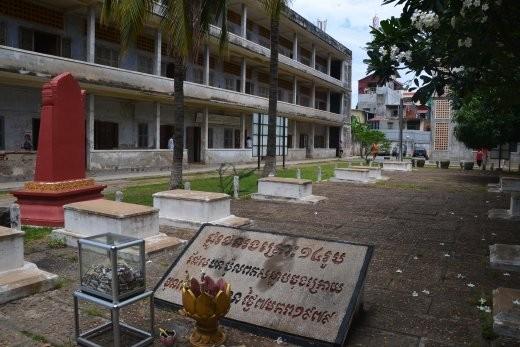 Das Toel Sleng Museum mit den Gräbern der letzten 14 Opfern Pol Pots, die noch in den Zellen gefunden wurden