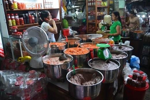 Fischsauce auf dem Dong Ba Markt.