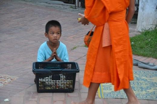 Und direkt im Anschluss an die Frauen sitzen (meist arme) Kinder, die hoffen, dass etwas von dem Mönchen abfällt für sie.