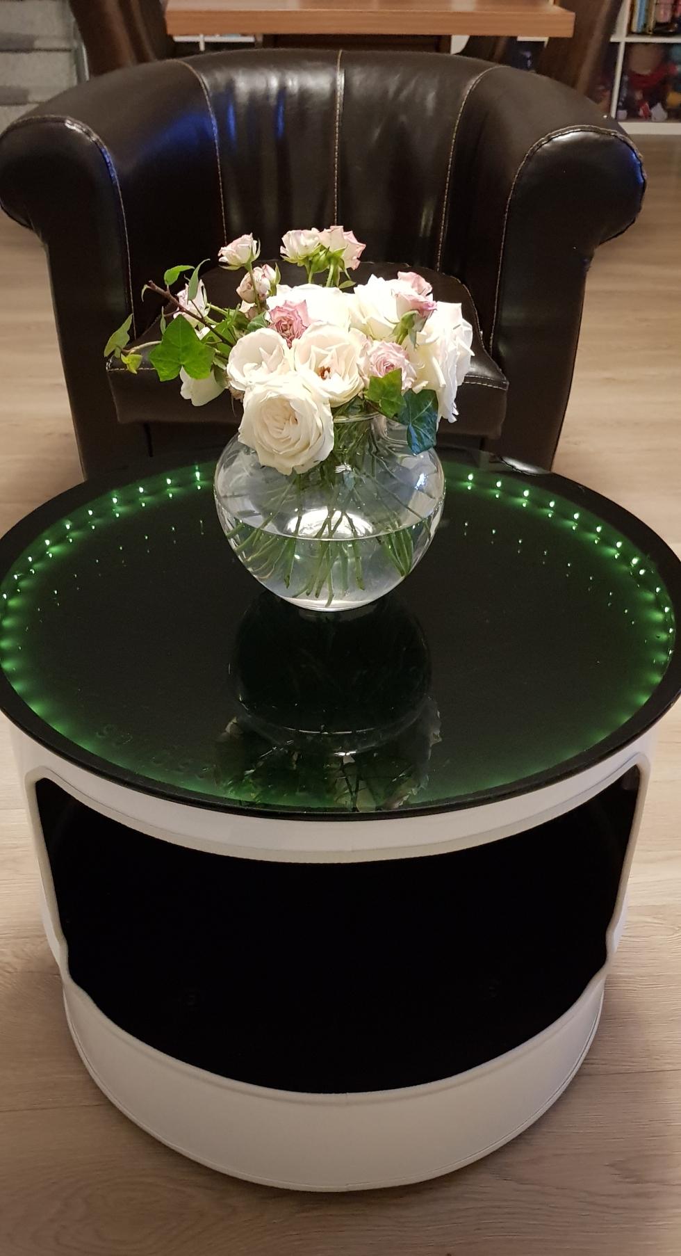 𝐶𝑜𝑢𝑐ℎ𝑡𝑖𝑠𝑐ℎ recycelt aus einer Tonne, mit Beleuchtung und einer edlen schwarzen Glasplatte