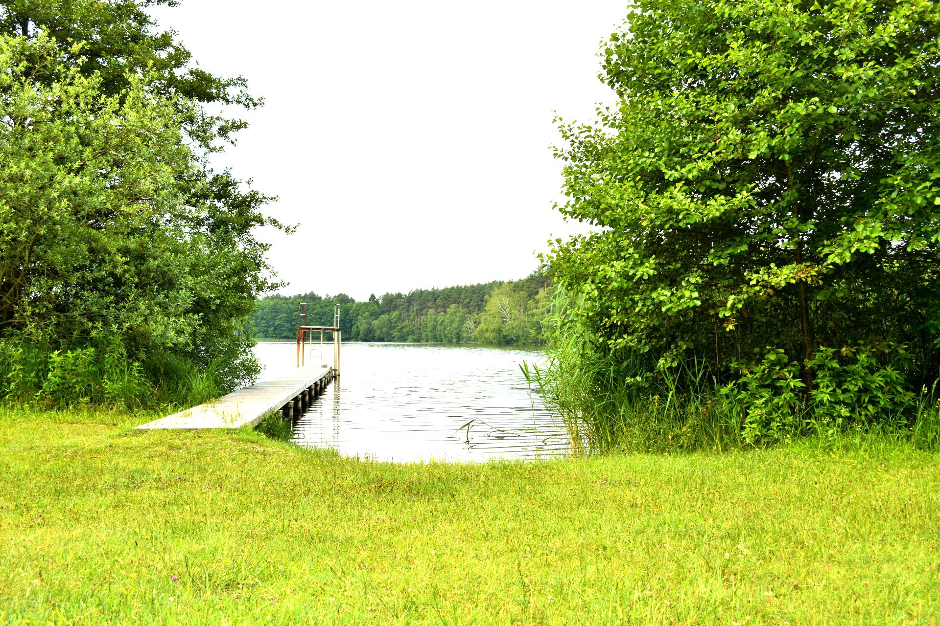 Der Badesteg mit kleinem Sprungturm am großen Zermittensee