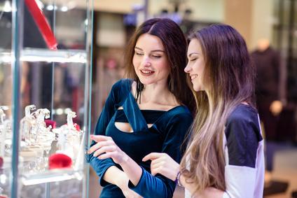 photo deux jeunes femme devant une vitrine boutique de bijoux