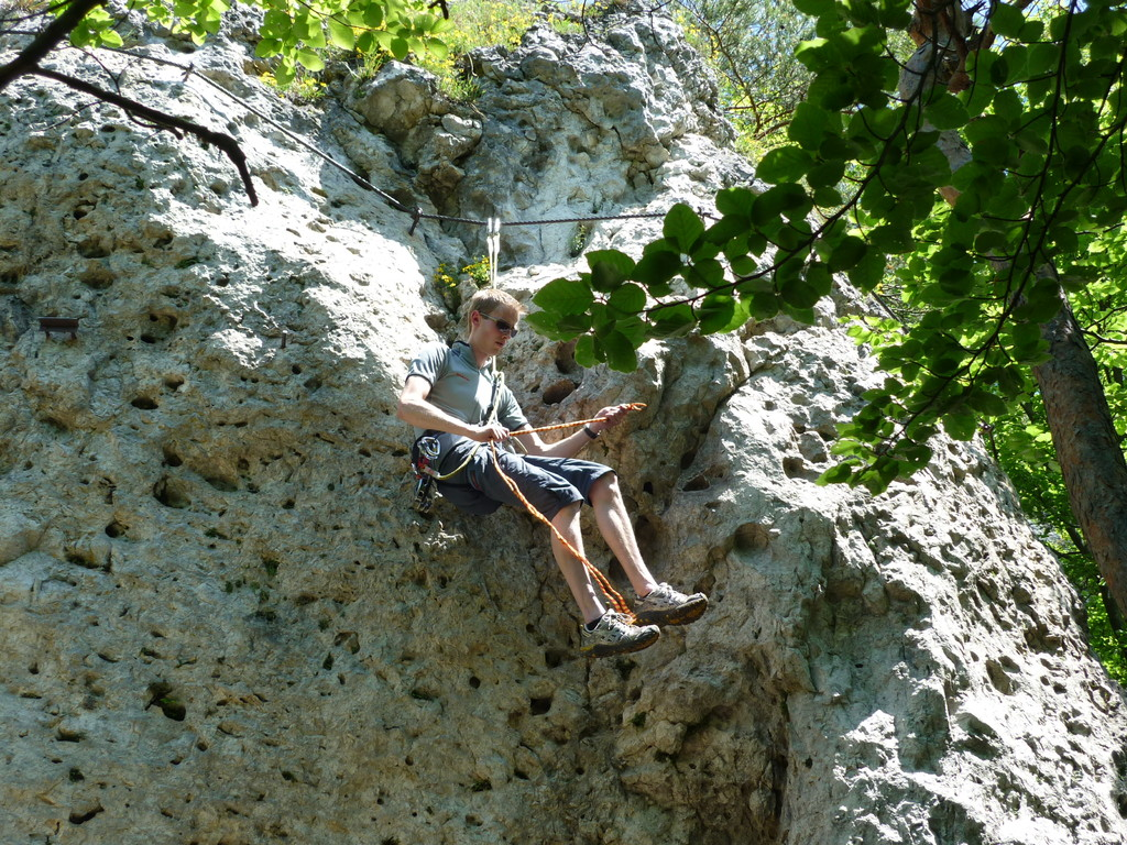 Georg erläutert den Gebrauch der Prusikschlinge am Klettersteig