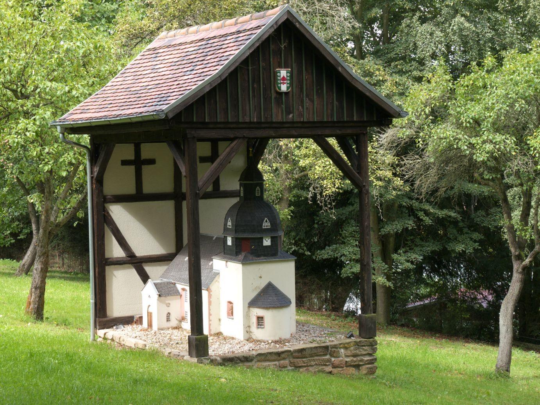 die Kirche en miniature am Pfarrhof in Linda