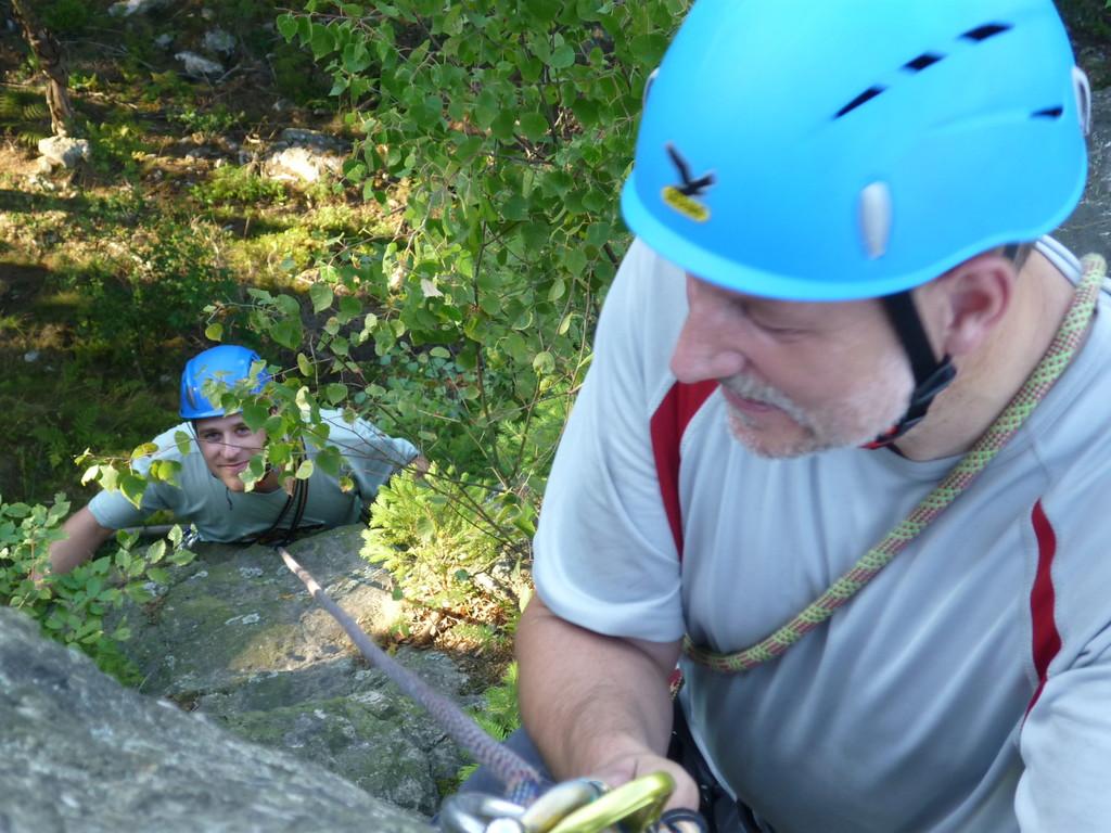 """Klettern an der Teufelskanzel bei Greiz - Peter sichert Frederic die """"grüne Wand V"""" hinauf"""