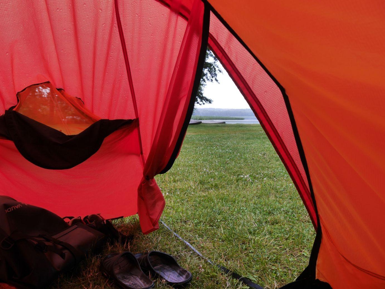 Ein erster vorsichtiger Blick aus dem Zelt auf den Röblinsee