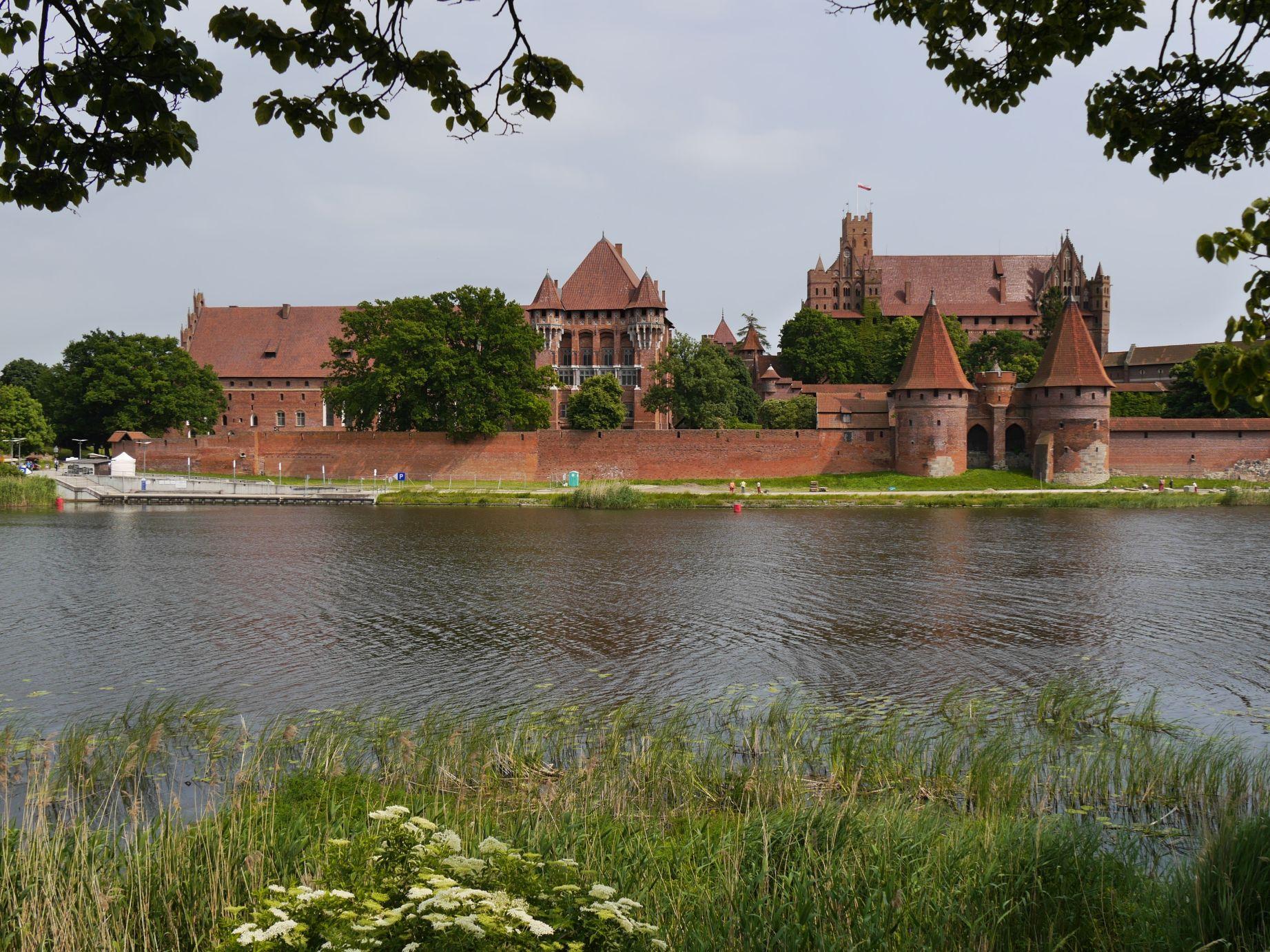 Die Ordensburg Marienburg über dem Fluss Nogat (Malborg)