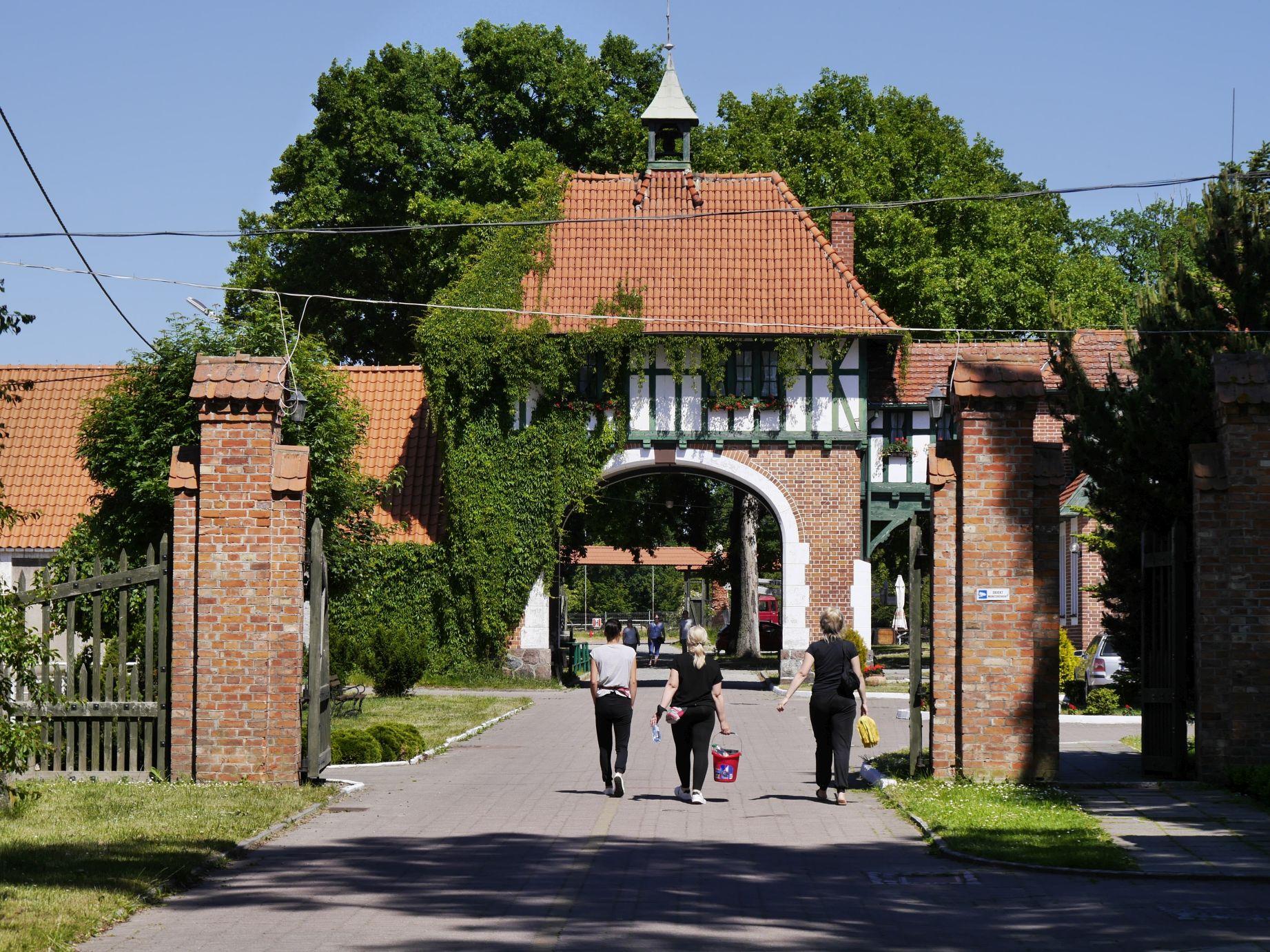 Eingang zum ehemaligen Pferdegestüt in Cadinen (Kadyny)