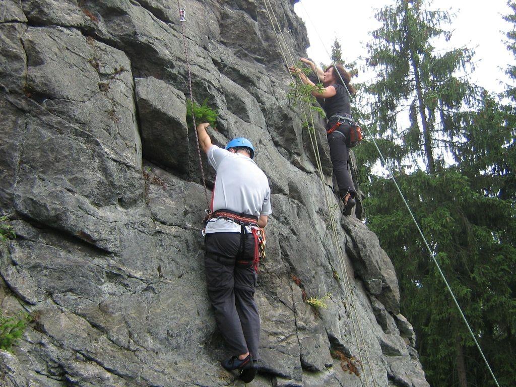 """Klettern an der Teufelskanzel bei Greiz - Anja klettert in der """"Nordostkante V"""" und Peter steigt die """"Ostwand IV"""" empor (Foto Th. Rahm)"""