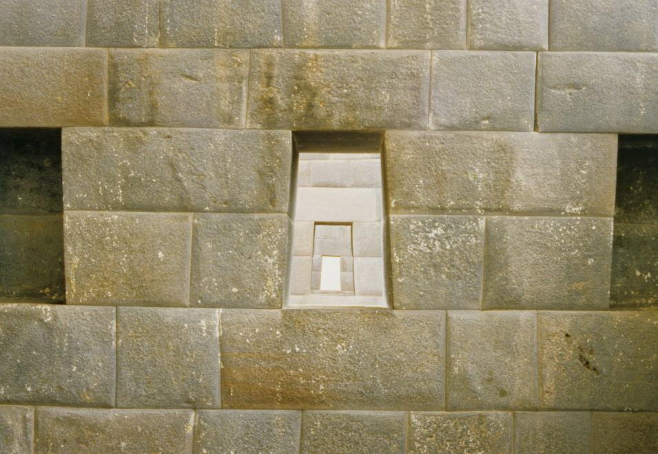 atemberaubende Genauigkeit der Architektur im Sonnenheiligtum Qoricancha (Cusco)